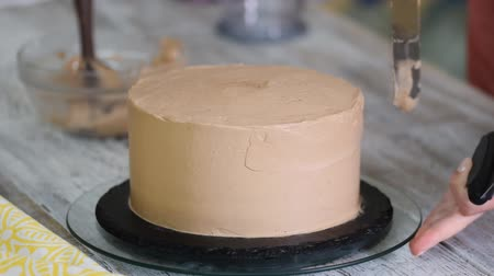 fondant : Cream being squeezed onto chocolate cake. Squeezing the cream on the cake.