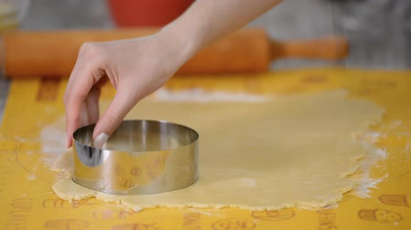 pişmemiş : Metal cutter cutting out circles of fresh pastry for tarts. Stok Video