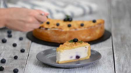 twaróg : Woman eating yummy Cheesecake with blueberries. Wideo