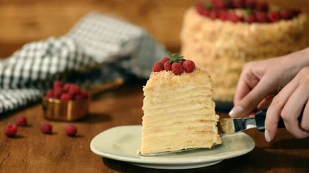 migalhas : Slice Confectionery Napoleon Cake decorated with raspberry. Portion of Custard Cream Cake.