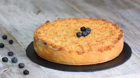 blueberry cheesecake : The woman adorns the crumble cake with blueberry. Sweet food. Stock Footage