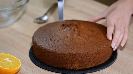 brownie de chocolate : Mujer haciendo en casa Mink Mole Hole Cake. Archivo de Video