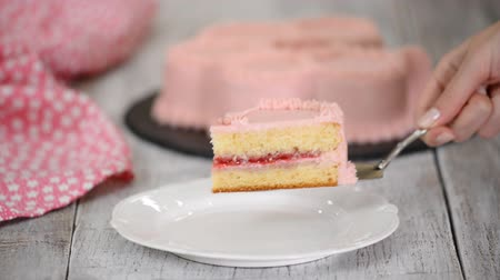 レイヤード : A piece of raspberry cake with pink cream.