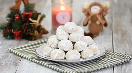 покрытый : Traditional Christmas snowballs cookies, biscuits covered sugar powder. Christmas New Year festive ornament decorations.