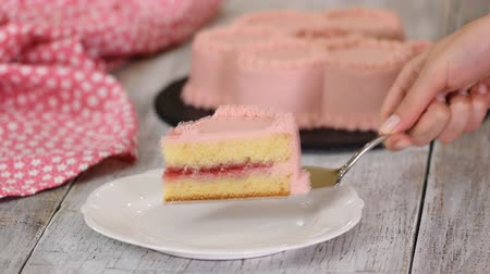 мусс : A piece of raspberry cake with pink cream.