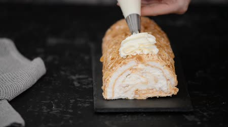 tekercselt : Pastry chef makes a makes a delicious meringue roll cake. Meringue roulade.