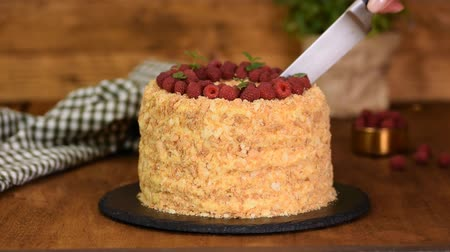 framboesas : Closeup knife cutting cake napoleon. Homemade Napoleon cream cake.