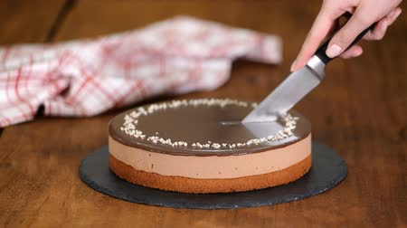 šlehačka : Confectioner hands cut by knife chocolate mousse cake