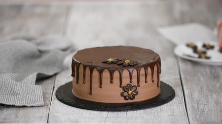 yermantarı : Confectioner-baker decorate beautiful cream cake with chocolate flowers.