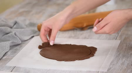 pergament : Pastry chef making chocolate layer cake at the kitchen. Womens hands working with raw chocolate dough. Stock mozgókép