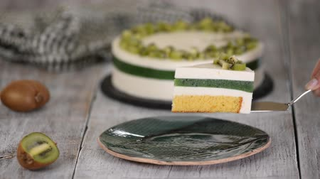 pite : Piece of homemade mousse cake with kiwi.