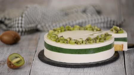 желатин : Delicious homemade mousse cake with kiwi. Стоковые видеозаписи