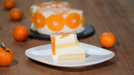 tarta queso : Eating a piece of tangerine mousse cake. Archivo de Video