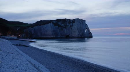 normandiya : Etretat Normandy time lapse in autumn sunset with blue rose