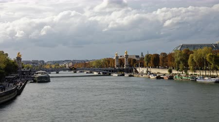 perçin : time lapse view of Alexander Bridge 3 in Paris France with boats and people passing