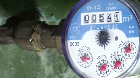 velocímetro : Water meter of a household measuring water consumption in metric units, closeup Stock Footage