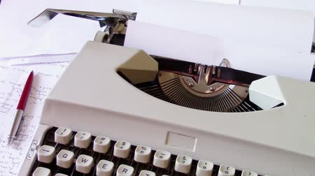 inspiração : Writer lack of inspiration message printed on paper and rolled on a retro mechanical typewriter