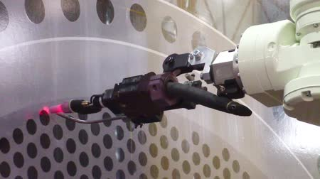 demonstrativní : Industrial robotic arm performing demonstrative precision movement in metalworking Dostupné videozáznamy