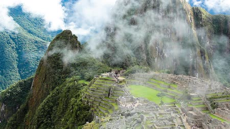 rotaları : Machu Picchu, the ancient Inca city in the Andes, Peru Stok Video