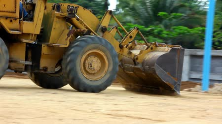 buldozer : Earthmover dozer doing earthmoving works outdoors. Video Dostupné videozáznamy