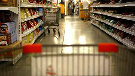 lojas : Customer shopping at supermarket with trolley. Video shift motion