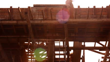yerleşim : KOH SAMUI, THAILAND - JUNE 21: builder worker at roofing construction works. Video shift motion