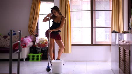pokojowka : Beautiful young sexy maid cleans tiled floor, concept cleaning. Video