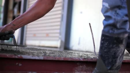 woningbouw : Close-up van mason hand verspreiden betonmengsel met troffel. Video