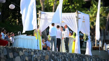 bas : THAILAND, KOH SAMUI, JULY 2.2014: Bride and groom take an oath of loyalty to each other And love, priest. Video Koh Samui, Thailand Stok Video