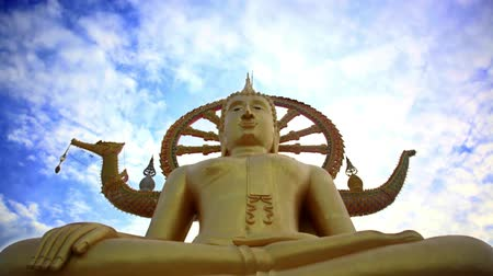 budismo : Time lapse golden Buddha statue against blue sky with moving clouds in Samui island,Thailand