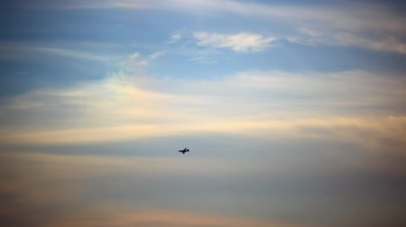 hızlanma : Military airplane at flying on the speed in sunset sky