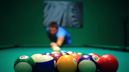 poolbiljart : Start Game Vage man lijnen Ball hit op pooltafel