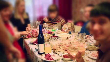 друзья : Blurred People eating food from served table on catering or buffet party on business seminar conference, wedding or birthday Стоковые видеозаписи