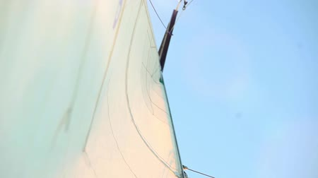 cordas : Sail and mast with sky in the background on the wind