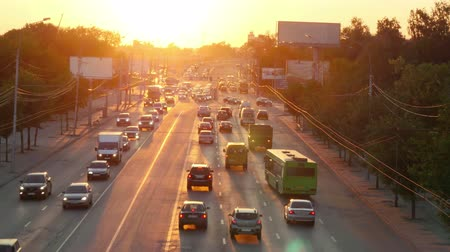 iluminado pelo sol : Car traffic against the sunset background.