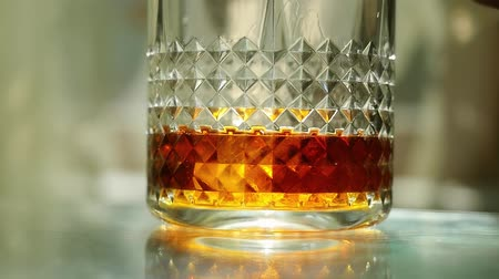 homályos mozgás : Throwing ice cubes in a glass of whiskey in slow motion