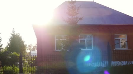 subúrbio : Mountain house on green field in countryside on sunny day in slowmotion