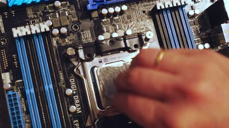 ellenállás : Technitian applies thermal paste on CPU. 3840x2160