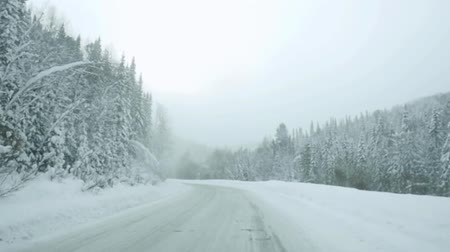 imagem : Car driving on snow road during snowfall in slowmotion. 1920x1080