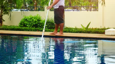 melanesia : Thailand, Koh Samui, 2 december 2015. Worker thai man clean a swimming pool in resort. 3840x2160