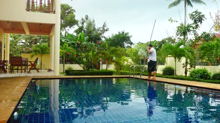 melanesia : Thailand, Koh Samui, 2 december 2015. Worker man clean a swimming pool in resort. 3840x2160