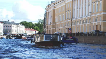 centro de bairro : SAINT PETERSBURG, RUSSIA, JUNE 21, 2017. Boats floating in river channel in Saint Petersburg. Slow motion. 3840x2160