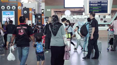 Malaysia, Kuala Lumpur, 13 july 2018. Unrecognizable people with baggages walking in terminal airport. slow motion. 3840x2160 Vídeos