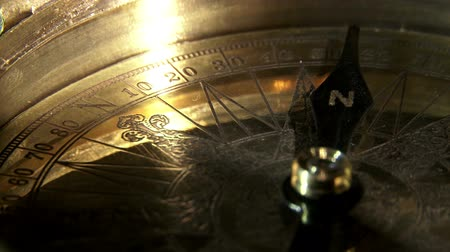 запад : Golden compass, extreme closeup, reflections.