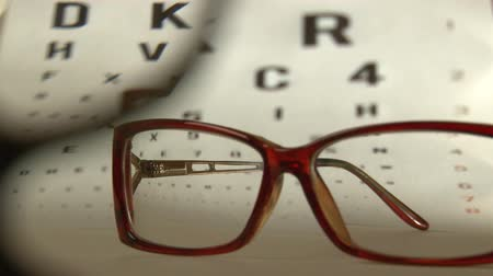 espetáculos : Eye test and red eyeglasses