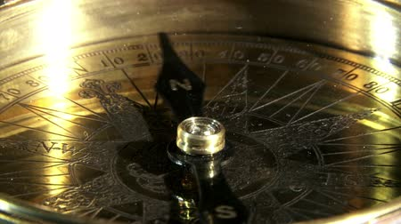 agulha : Golden compass, closeup, reflections.