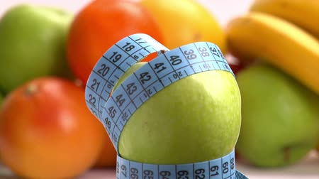 perda de peso : Apple and blue meter. Weight loss concept.