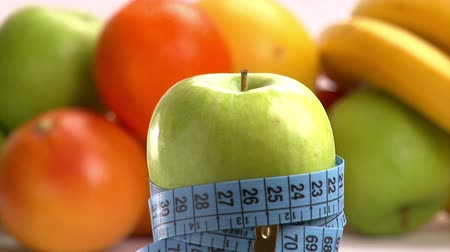 nadváha : Apple and blue meter. Healthy eating, weight loss concept.
