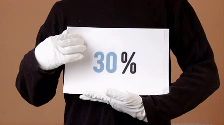 pokrok : Man holding papers with percentages, from 0 to 100