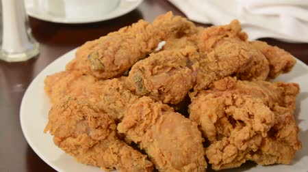 frango : A platter of fried chicken being set on a table